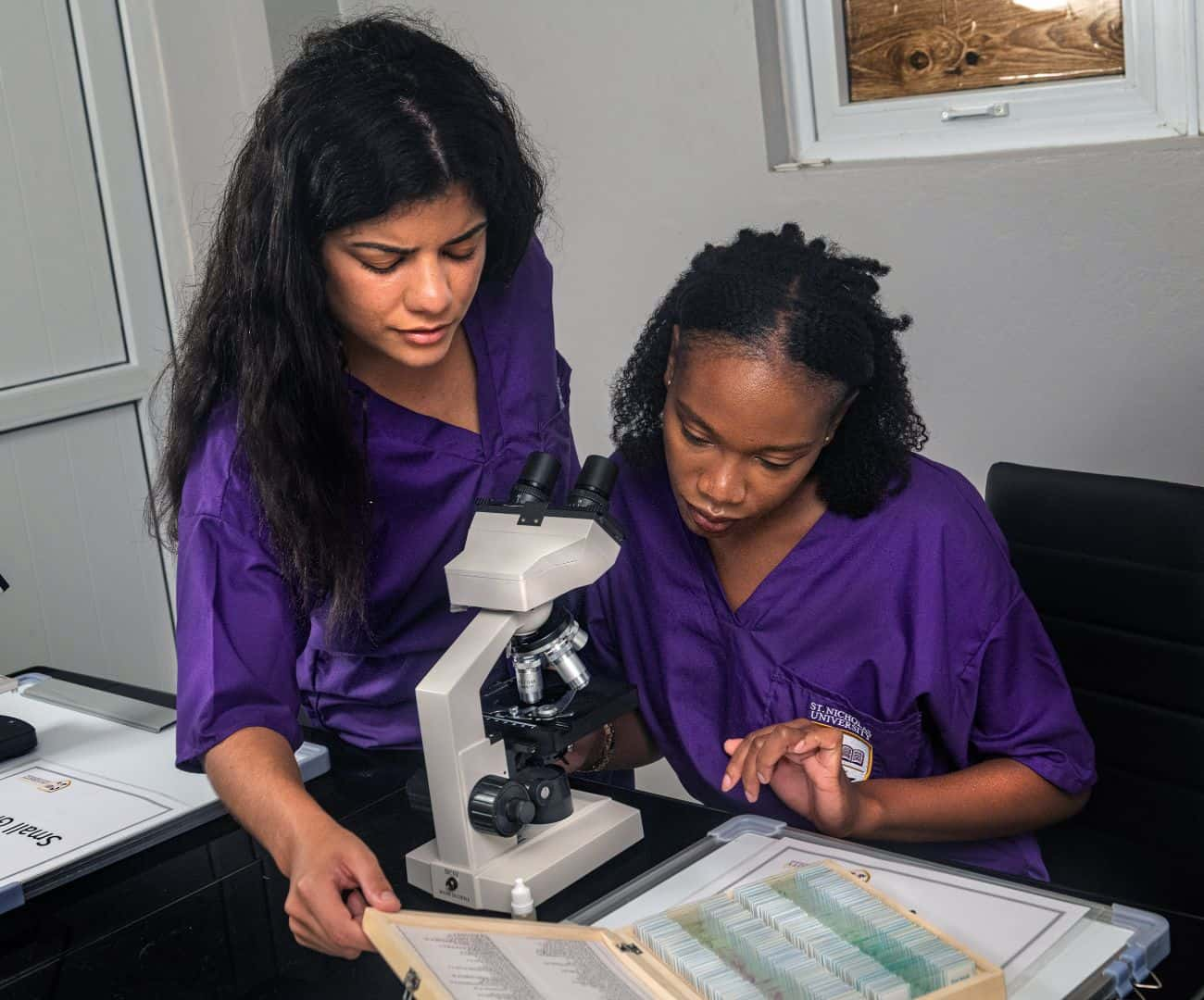 2_veterinary_students_with_microscoop-4_1